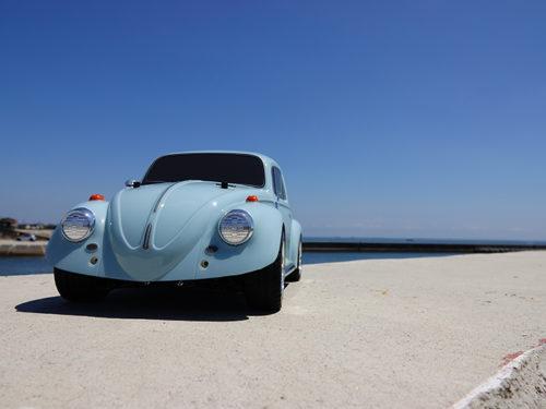 水色の車と青空